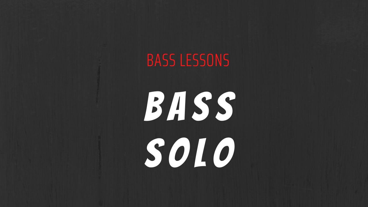 Scritta bass lessons in rosso e bass solo in bianco su sfondo grigio scuro